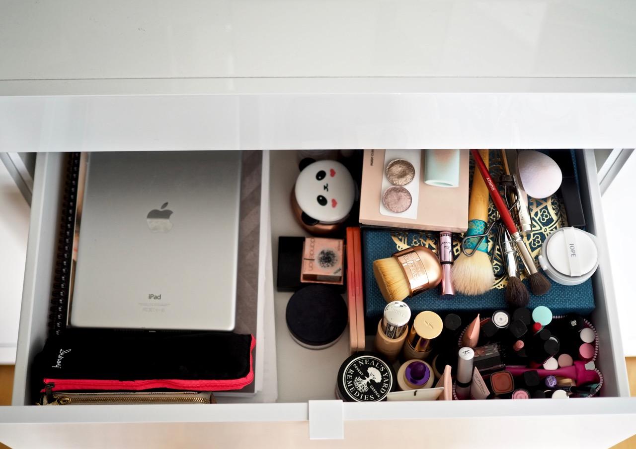 Ostolakossa kaikki kosmetiikkani minimalismi Virve Fredman