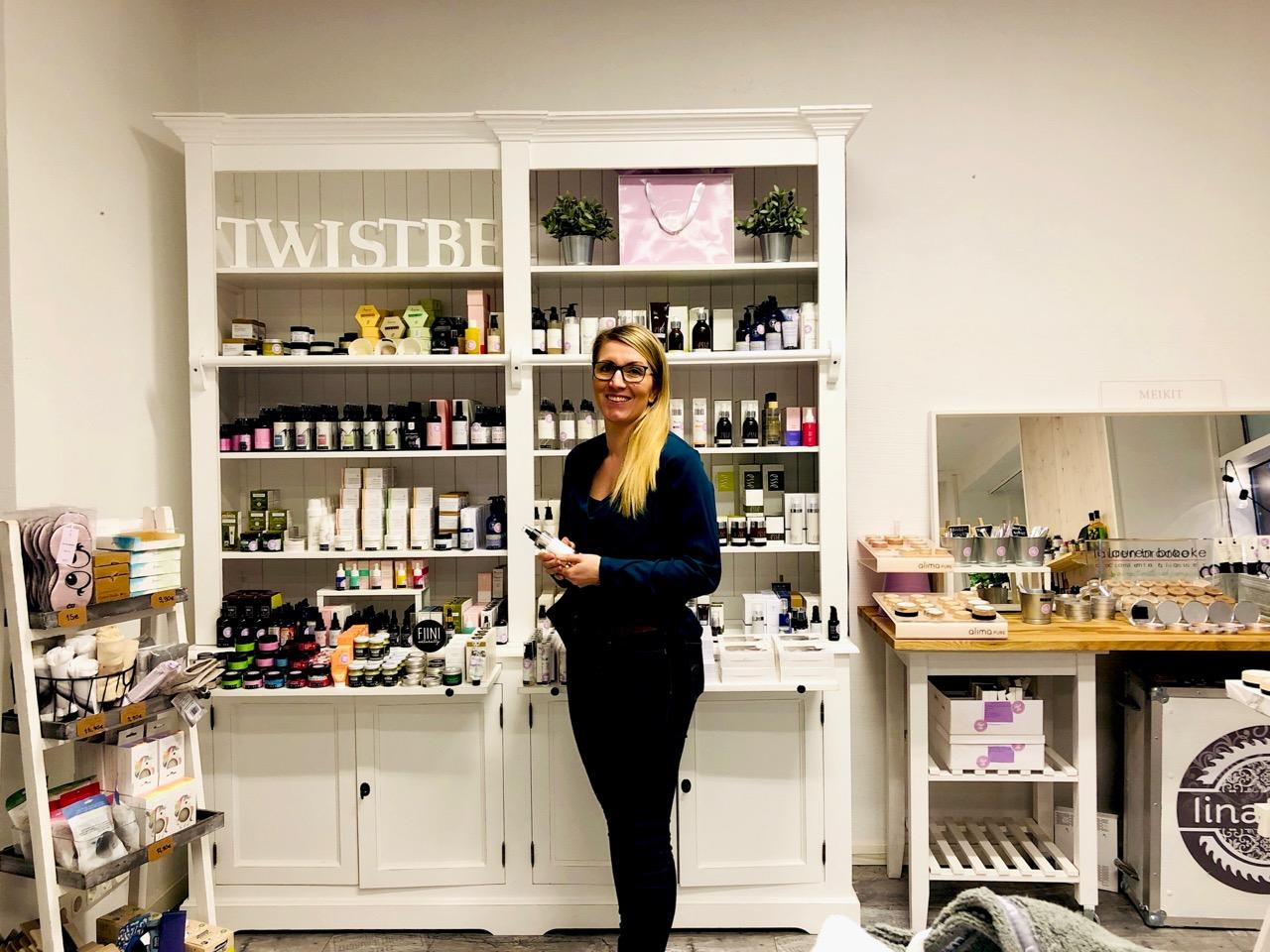 TwistBen Kati TwistBen myymälässä Lapinlahdenkadulla Helsingissä.