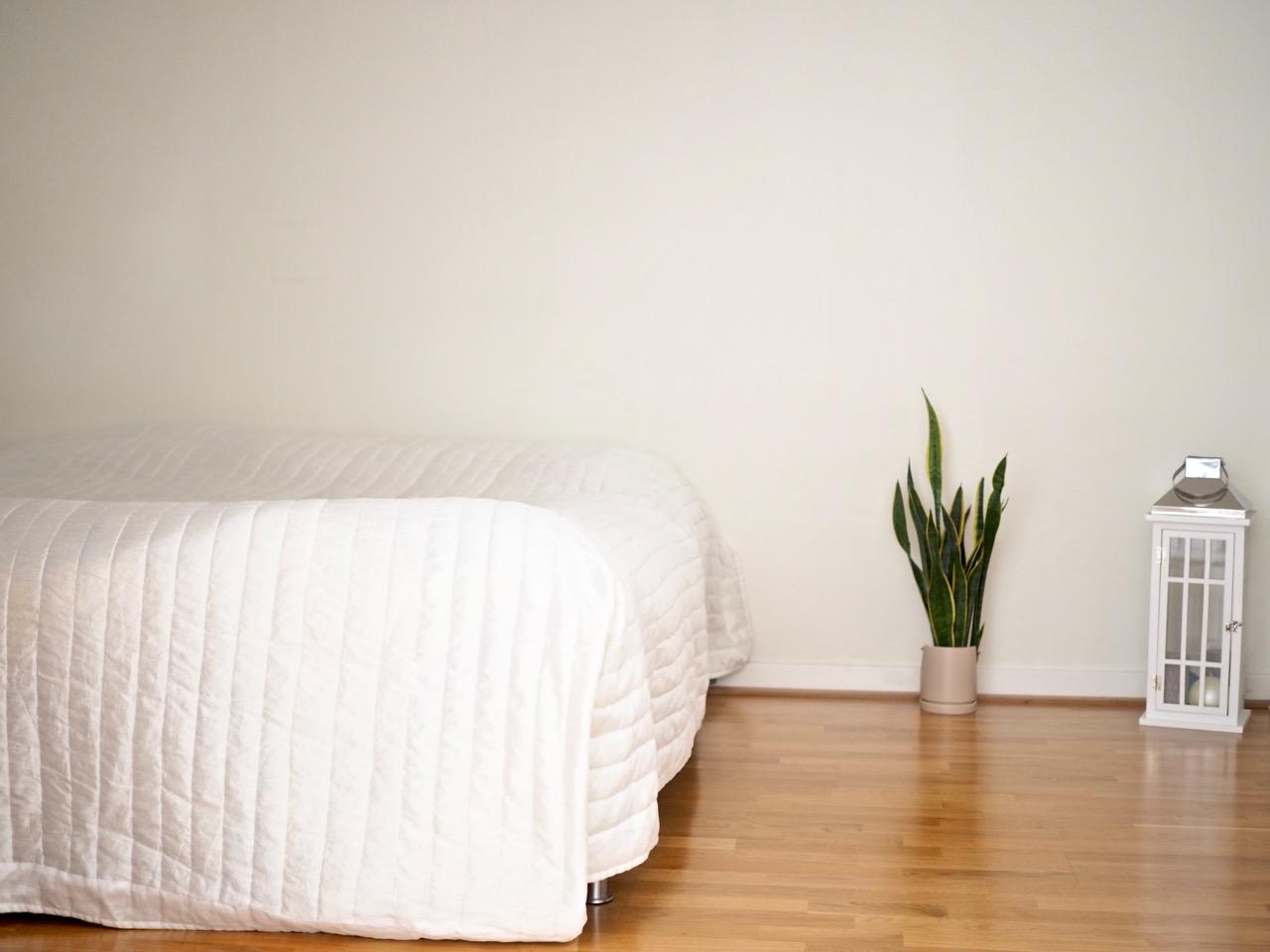Minimalistinen makuuhuone yksi huonekalu Virve Fredman Ostolakossa