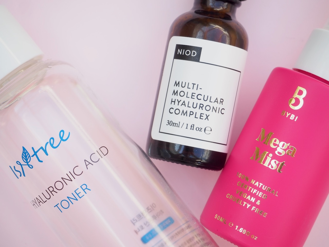 Hyaluronihappo sitoo kosteutta kosmetiikka